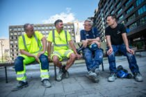 Byggnadsarbetare som snackar val